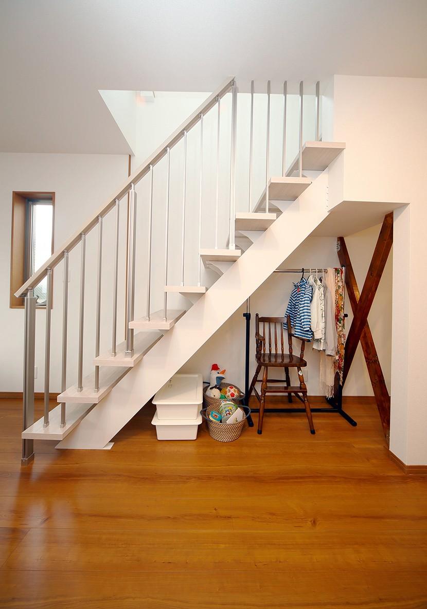 自然と会話が生まれる、陽射しあふれる広々LDK (階段)