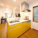 自然と会話が生まれる、陽射しあふれる広々LDKの写真 キッチン