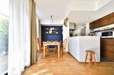 ダイニング・キッチン (大きな室内窓がポイント!部屋も家族もゆるくつながる家)