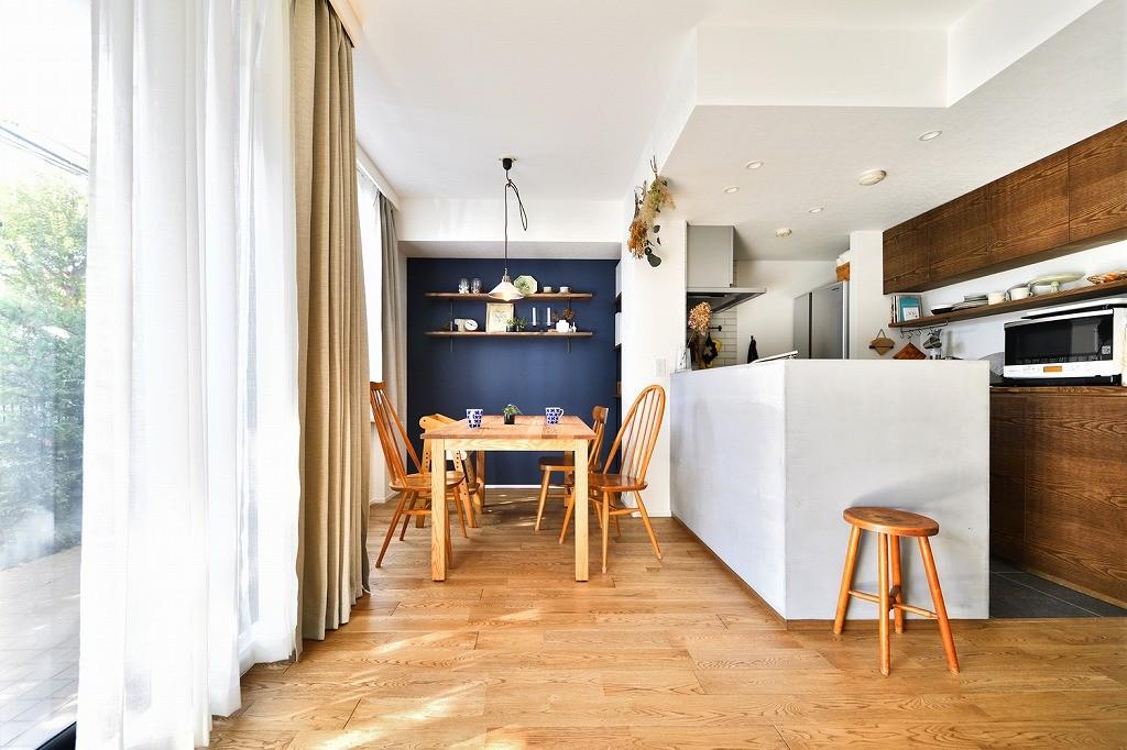 大きな室内窓がポイント!部屋も家族もゆるくつながる家 (ダイニング・キッチン)