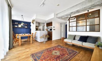 大きな室内窓がポイント!部屋も家族もゆるくつながる家 (LDK)