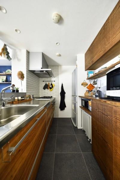 対面キッチン (大きな室内窓がポイント!部屋も家族もゆるくつながる家)