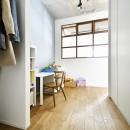 大きな室内窓がポイント!部屋も家族もゆるくつながる家の写真 フリースペース