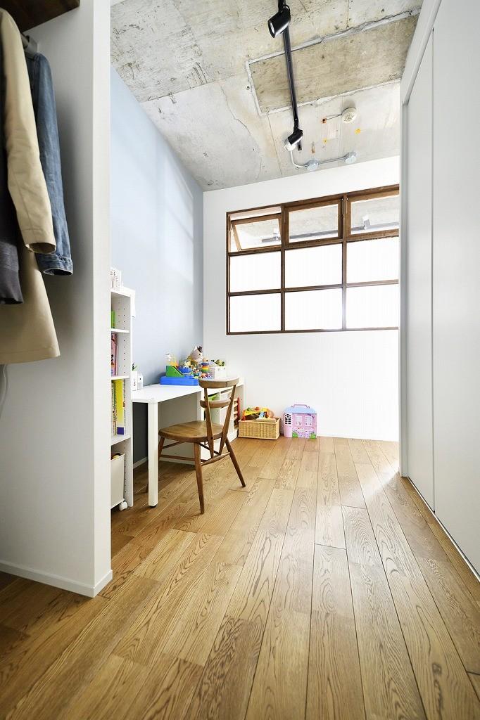 大きな室内窓がポイント!部屋も家族もゆるくつながる家 (フリースペース)