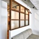 大きな室内窓がポイント!部屋も家族もゆるくつながる家の写真 室内窓