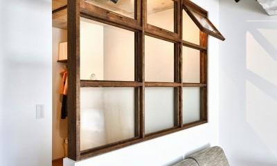 大きな室内窓がポイント!部屋も家族もゆるくつながる家 (室内窓)