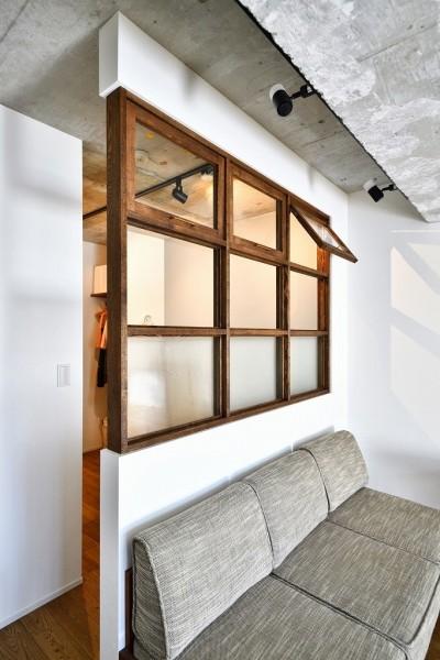 室内窓 (大きな室内窓がポイント!部屋も家族もゆるくつながる家)