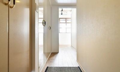 大きな室内窓がポイント!部屋も家族もゆるくつながる家 (玄関)