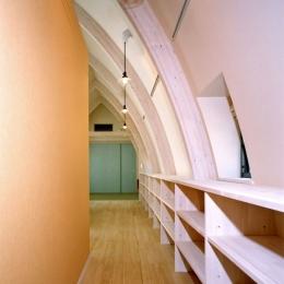 西熱海の陶芸工房のある家 (オレンジにペイントされた壁側にキッチン.曲面側に陶器の展示ギャラリー)