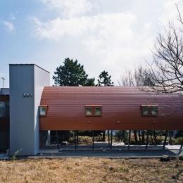 西熱海の陶芸工房のある家 (塔状になっている部分が階段室で将来ホームエレベーターを設置する事が可能)
