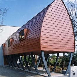 西熱海の陶芸工房のある家 (赤茶色のガルバリウム鋼板を平葺きした外観)