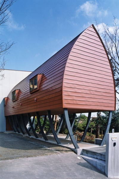 赤茶色のガルバリウム鋼板を平葺きした外観 (西熱海の陶芸工房のある家)