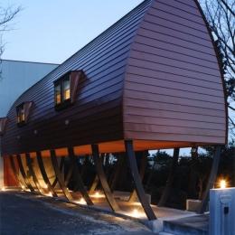 西熱海の陶芸工房のある家 (船舶照明によってライトアップされる外観)