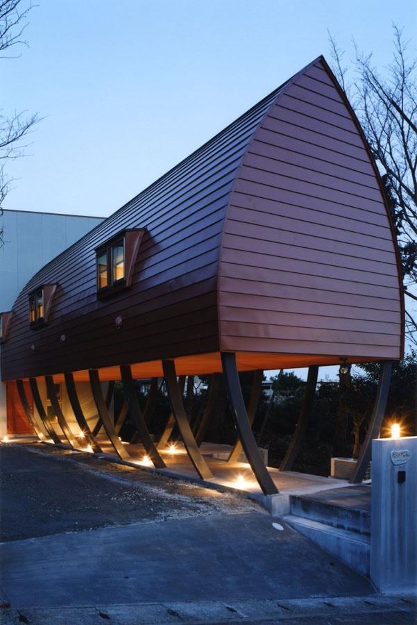 西熱海の陶芸工房のある家の部屋 船舶照明によってライトアップされる外観
