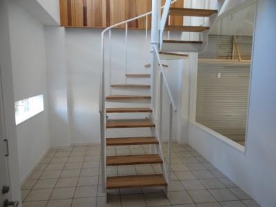階段ホール (車と暮らす家―大好きな車たちに囲まれながら日常を離れてくつろぐ為のガレージハウス―)