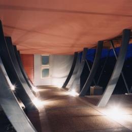 西熱海の陶芸工房のある家 (曲線の鉄骨の柱で支えられたアプローチ空間)