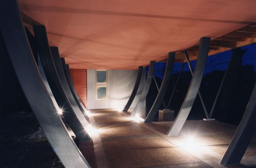 西熱海の陶芸工房のある家の部屋 曲線の鉄骨の柱で支えられたアプローチ空間