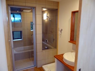 浴室 (コアジロハウス 住戸A―眺望を最大限に生かした共同住宅ー)