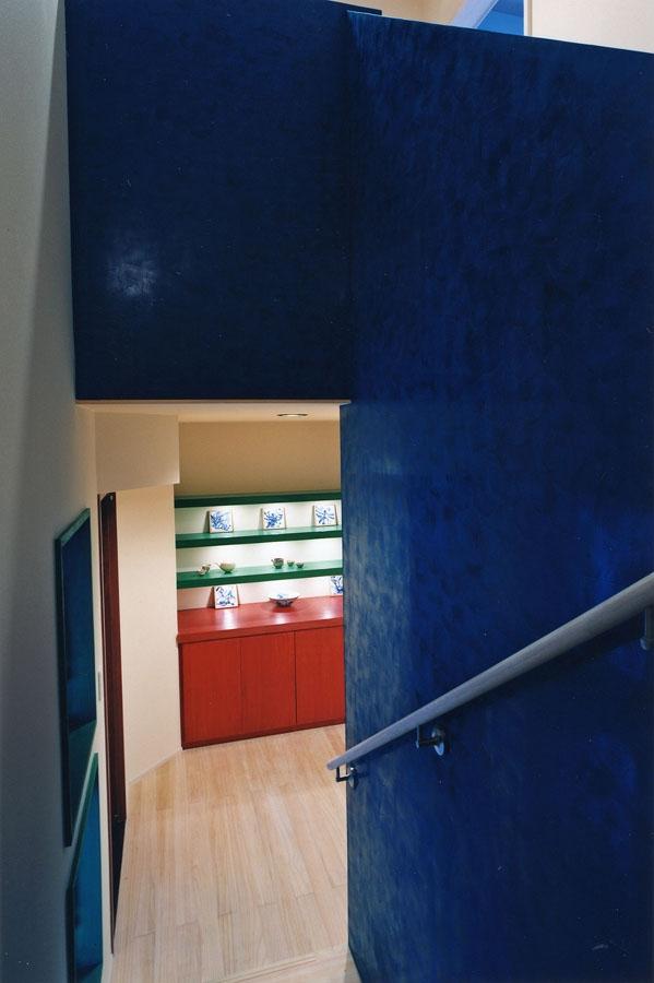 西熱海の陶芸工房のある家の部屋 ベネチアンスタッコ壁を施工した階段室