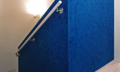 西熱海の陶芸工房のある家 (青のベネチアンスタッコ仕上げ(左官)をした階段)