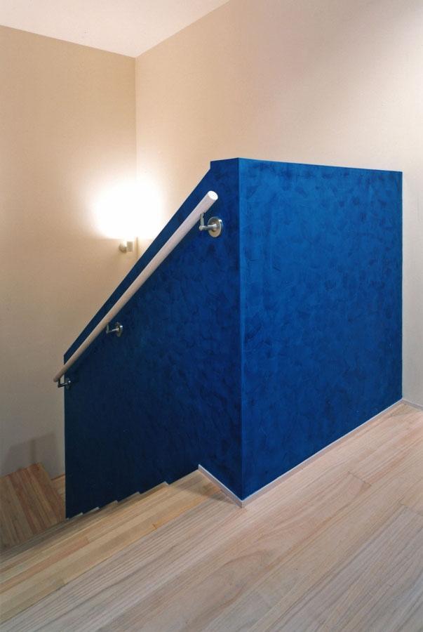西熱海の陶芸工房のある家の部屋 青のベネチアンスタッコ仕上げ(左官)をした階段