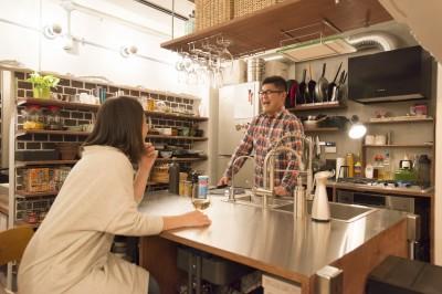 Barが好きな夫婦のキッチン (人が集まる縁側(えんがわ)マンション)