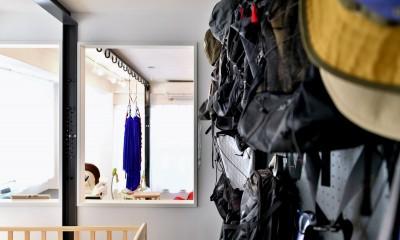 アウトドア&鉄骨フラットアーチ造作! リノベーションでハンモックのある暮らし (寝室の壁かけ収納)