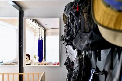 寝室の壁かけ収納 (アウトドア&鉄骨フラットアーチ造作! リノベーションでハンモックのある暮らし)