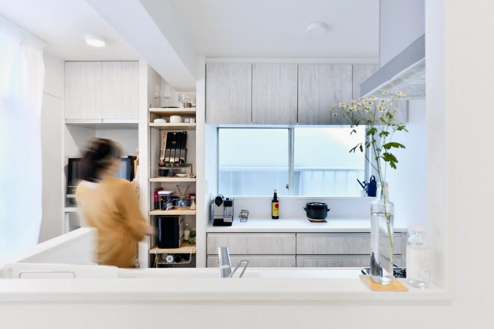 アウトドア&鉄骨フラットアーチ造作! リノベーションでハンモックのある暮らし (キッチン)