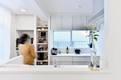 キッチン (アウトドア&鉄骨フラットアーチ造作! リノベーションでハンモックのある暮らし)