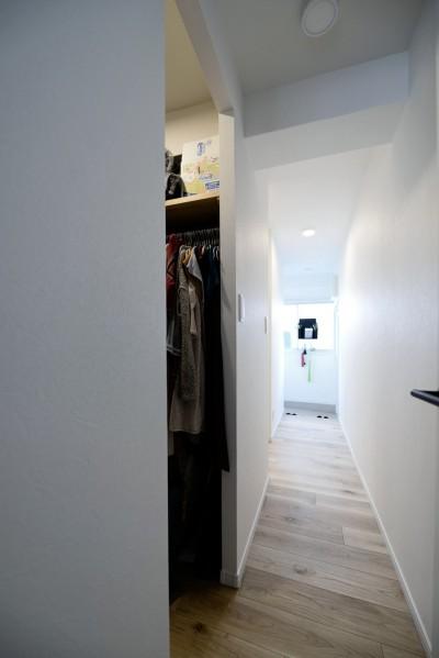 廊下&ウォークインクローゼット (アウトドア&鉄骨フラットアーチ造作! リノベーションでハンモックのある暮らし)