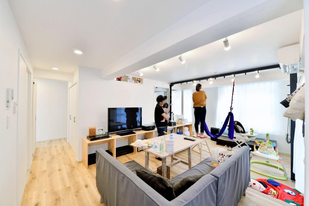 アウトドア&鉄骨フラットアーチ造作! リノベーションでハンモックのある暮らし (キッチン側から見たLDK)