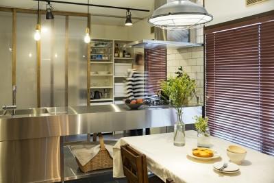 キッチン収納 (岐阜市K様邸~懐かしくて、どこか新しい昔の木造校舎のような家~)