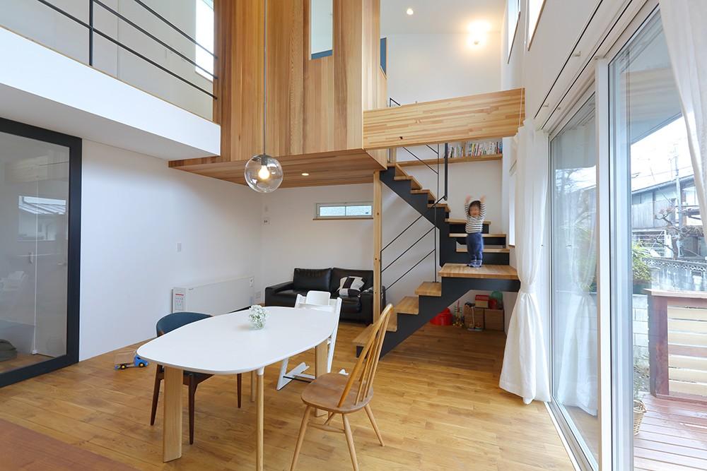 リビングダイニングと室内階段 (普通が気持ちいい。すっきりと清潔感のある住まい)