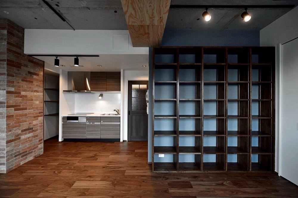 """マンション一人暮らしを謳歌する、ブリックタイルと収納棚が魅力の""""男前ヴィンテージ""""空間 (リビング)"""