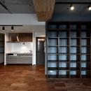 """マンション一人暮らしを謳歌する、ブリックタイルと収納棚が魅力の""""男前ヴィンテージ""""空間"""
