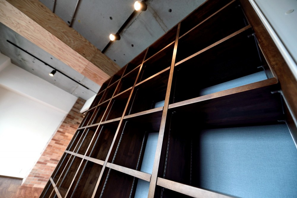 """マンション一人暮らしを謳歌する、ブリックタイルと収納棚が魅力の""""男前ヴィンテージ""""空間 (造作グリッド棚)"""