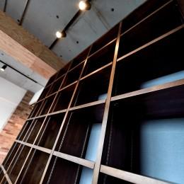 """造作グリッド棚 (マンション一人暮らしを謳歌する、ブリックタイルと収納棚が魅力の""""男前ヴィンテージ""""空間)"""