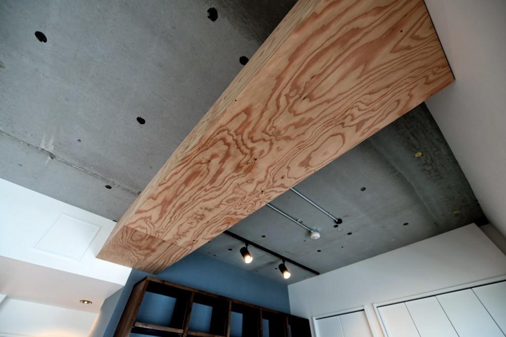 """マンション一人暮らしを謳歌する、ブリックタイルと収納棚が魅力の""""男前ヴィンテージ""""空間 (ラーチ合板で造作した梁型)"""