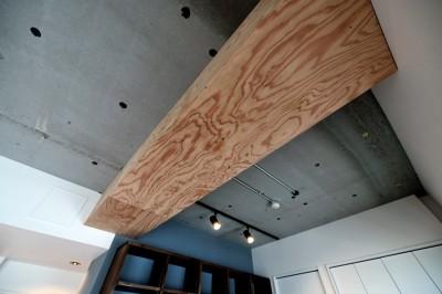 """ラーチ合板で造作した梁型 (マンション一人暮らしを謳歌する、ブリックタイルと収納棚が魅力の""""男前ヴィンテージ""""空間)"""