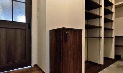 """マンション一人暮らしを謳歌する、ブリックタイルと収納棚が魅力の""""男前ヴィンテージ""""空間 (玄関)"""