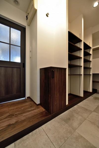 """玄関 (マンション一人暮らしを謳歌する、ブリックタイルと収納棚が魅力の""""男前ヴィンテージ""""空間)"""
