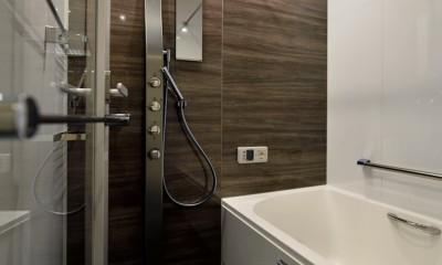 """マンション一人暮らしを謳歌する、ブリックタイルと収納棚が魅力の""""男前ヴィンテージ""""空間 (浴室)"""