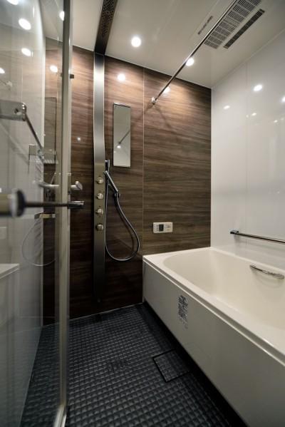 """浴室 (マンション一人暮らしを謳歌する、ブリックタイルと収納棚が魅力の""""男前ヴィンテージ""""空間)"""