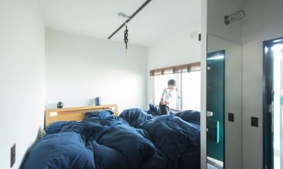 人が集まる縁側(えんがわ)マンション (狭小な寝室ながら、海のように大きいベッド)