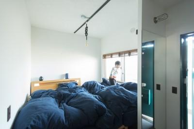 狭小な寝室ながら、海のように大きいベッド (人が集まる縁側(えんがわ)マンション)