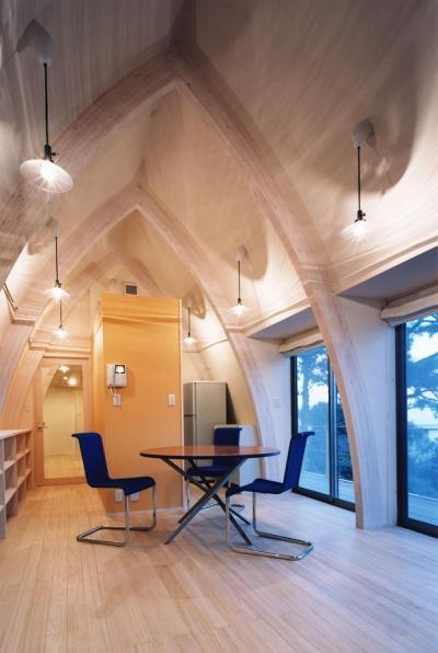 木の曲線の集成材が空間を構成するリビング (西熱海の陶芸工房のある家)