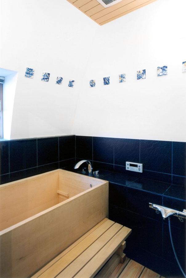 西熱海の陶芸工房のある家の部屋 桧の浴槽がある浴室