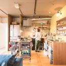 ぜいたくカジュアルな家の写真 光が降り注ぐキッチン
