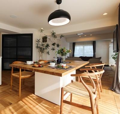 贅沢なオーダーダイニングテーブル (ライフスタイルに合わせた上質な住まい~暮らしにこだわったマンションリノベ~)